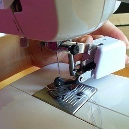 Attaching a side cutter foot