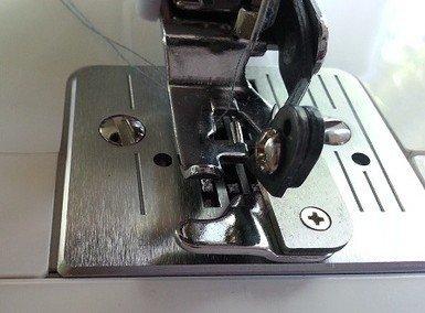 Overlocking fabric using a sidecutter foot