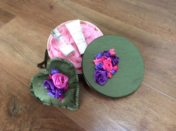 Decorate a box with ribbon roses
