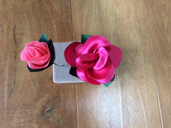 Sculpted ribbon roses