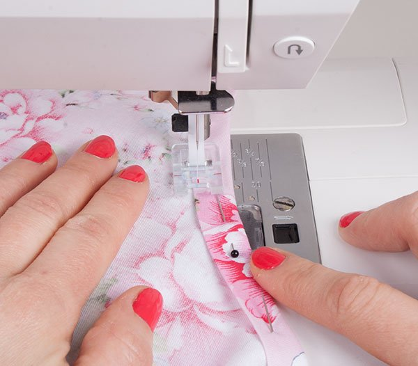 Sewing a curved neckline