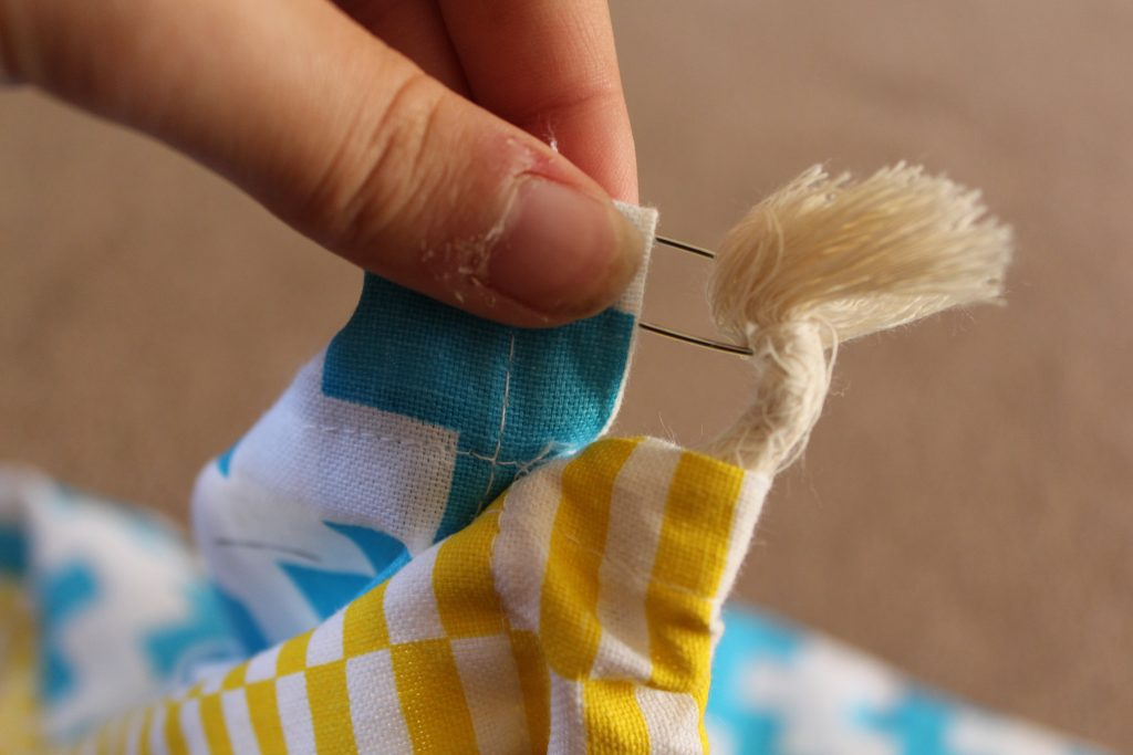 How to thread string into a drawstring bag