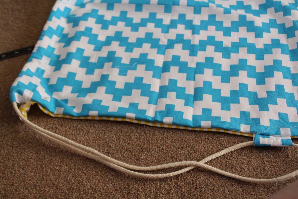 How to sew a reversible drawstring backpack