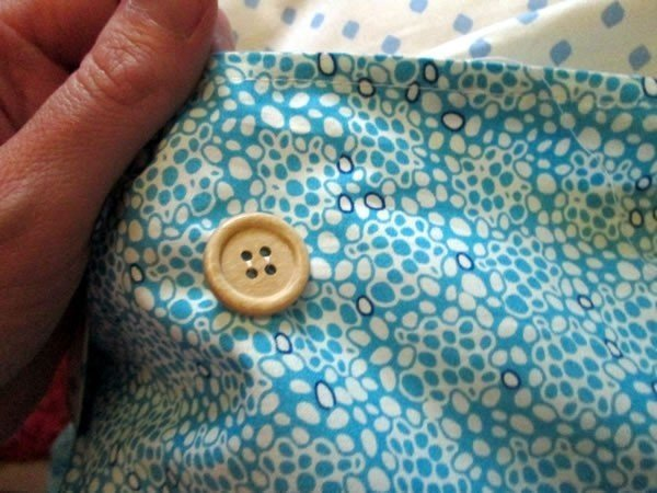 Button fastening cushion cover